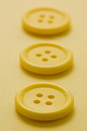 黄色の洋服ボタンのアップ FYI00382074