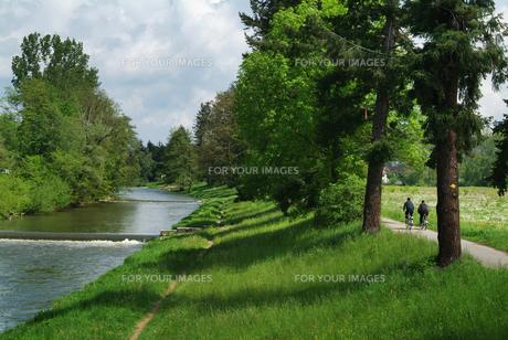 バーゼル郊外の川沿いのサイクリングロード FYI00382341