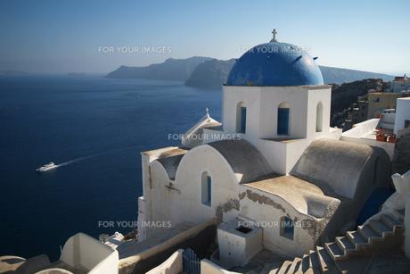 エーゲ海を見下ろすサントリーニ島の教会 FYI00382364