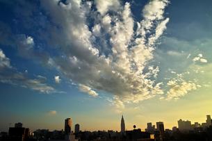 壮大な雲の下の新宿 FYI00382383
