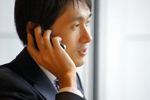 iPhoneで電話をする男性 FYI00382480