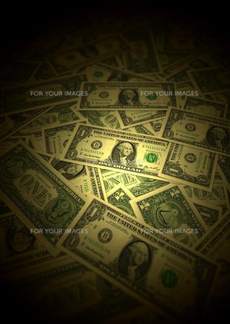 ドル紙幣とスポットライト FYI00393405