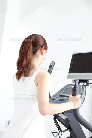 フィットネスクラブで運動する若い女性 FYI00400871