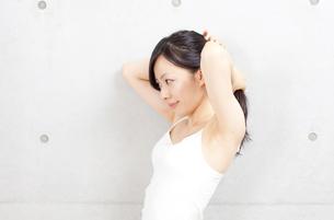 髪を整える若い女性 FYI00401060