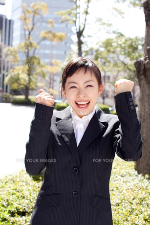 ガッツポーズする女性 FYI00401766