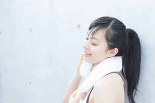 タオルで汗を拭く女性 FYI00403270