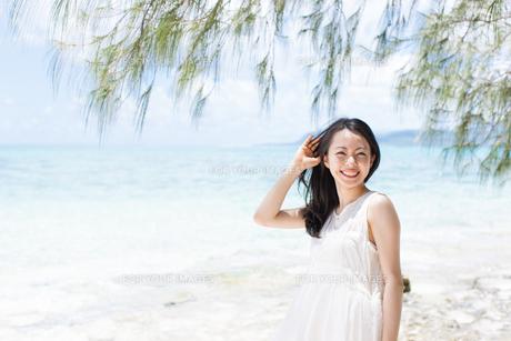ビーチの女性 FYI00403605