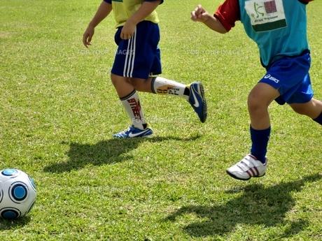 サッカーをする子供たち FYI00404265