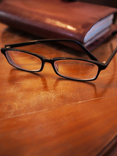 テーブルと眼鏡 FYI00407553