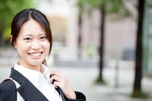 ビジネス 女性 OL 20代 フレッシュ 振り向く コピースペース FYI00410442