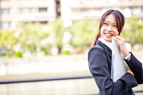 ビジネス 女性 OL 20代 フレッシュ コピースペース FYI00410495