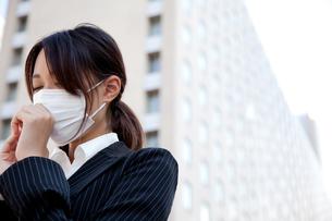 女性 20代 ビジネスウーマン マスク 風邪 FYI00410538