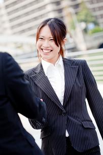 ビジネス 女性 OL 20代 フレッシュ 握手 FYI00410543