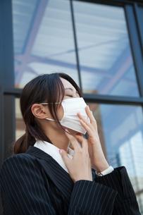 女性 20代 ビジネスウーマン マスク 風邪 FYI00410550