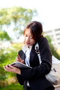 女性 20代 ビジネスウーマン ビジネスイメージ FYI00410581