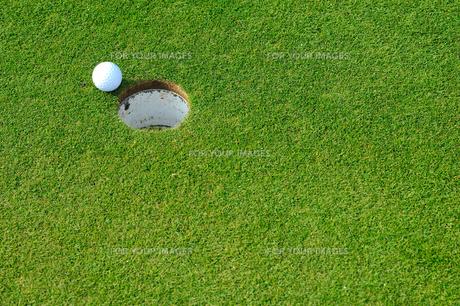 ゴルフボールとカップ FYI00411428