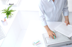 女性ビジネスイメージOLとパソコンの写真 FYI00412211