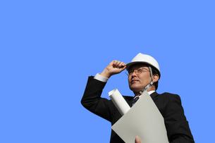 書類ファイル図面を持つビジネスマンの写真 FYI00412449