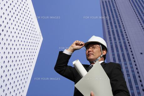 都市 建設 開発図面を持つ建築家の写真 FYI00412468