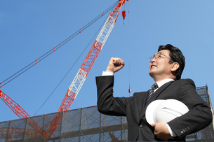 工事現場でガッツポーズする建築家の写真 FYI00412470