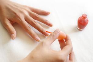 マニキュアを塗る女性の手 FYI00415094