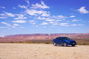 青空と青い車 FYI00415493