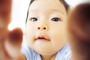 遊んでいる乳児 FYI00416095