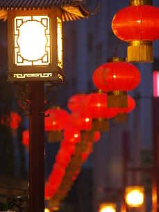 中華街 提灯と街灯 FYI00417248