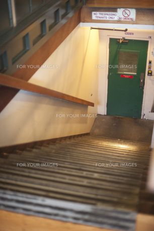 ドアにつづく下り階段 FYI00419555