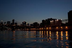 船から眺める夜のニューヨーク FYI00419591