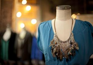豪華なネックレスとブルーのドレス FYI00419593