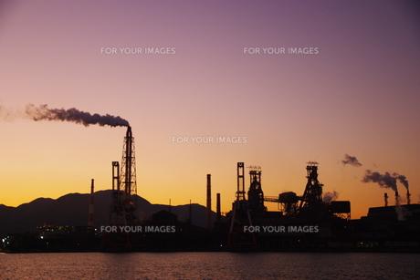 工場と朝焼け FYI00420104