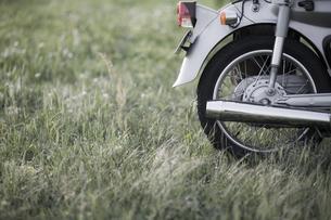 草原とオートバイ FYI00420644
