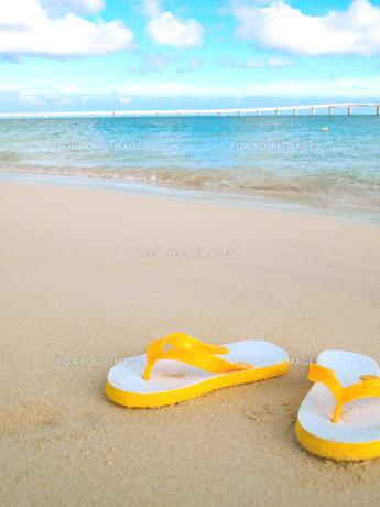 ビーチサンダルと砂浜 FYI00421523