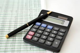 電卓とリスク管理表とペン FYI00421792