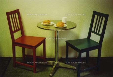 ドイツブレーメンでの朝食椅子とテーブル FYI00429756
