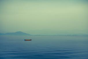 湖に浮かぶ船 FYI00429907