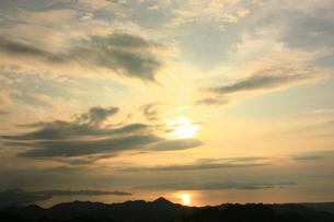 水平線に沈む夕日 FYI00430027