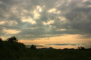 雲の隙間から降りてくる光 FYI00430037