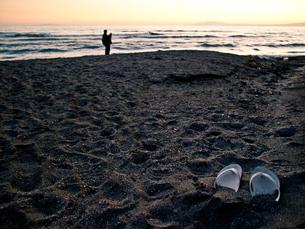 夕暮れの砂浜とビーチサンダル FYI00430580