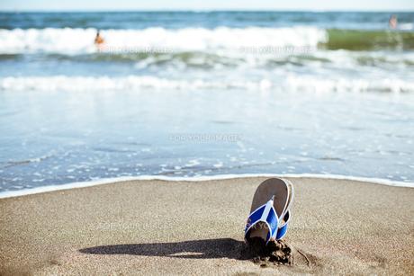 海岸のビーチサンダル FYI00430608