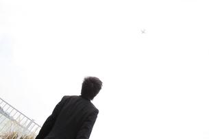 飛行機を見るビジネスマン FYI00434180
