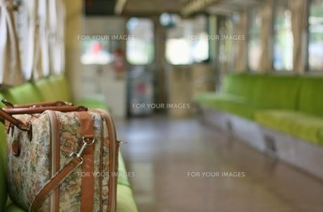 電車のいすに置いたかばん FYI00436822