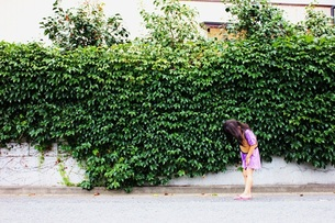 生い茂る緑と女の子 FYI00437725
