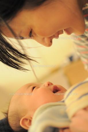 ママと赤ちゃんの会話/笑顔 FYI00441348