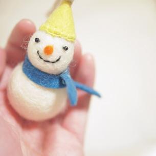 手のひらに雪だるま FYI00447573