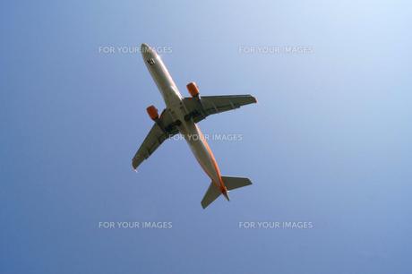 快晴の空と飛行機 FYI00447866