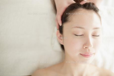 ヘッドスパされてる若い女性 FYI00447976