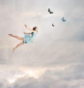 空を飛んでいる女の子 FYI00449550