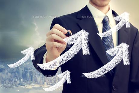 ビジネスマンと矢印の素材 [FYI00449597]